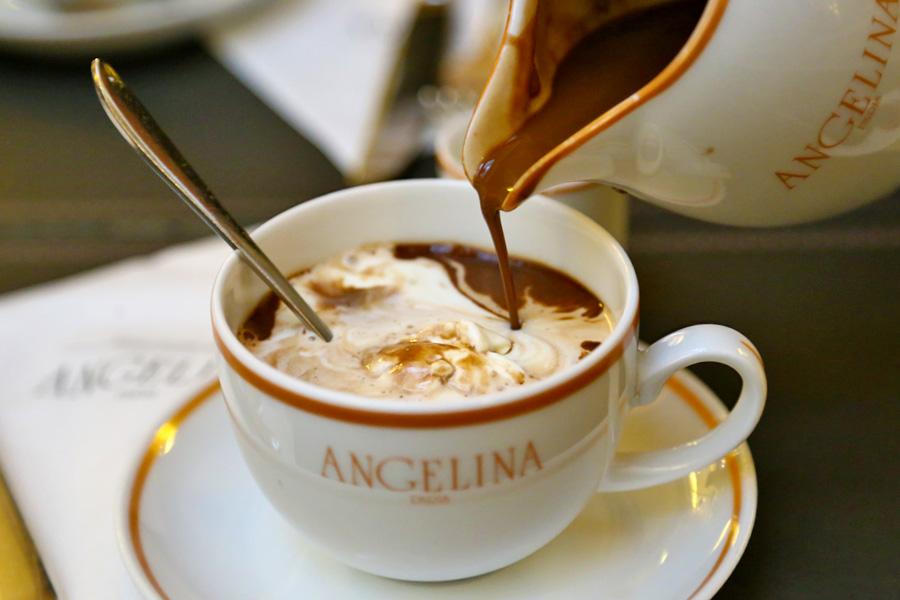 Menikmati secangkir coklat panas di Angelina Paris