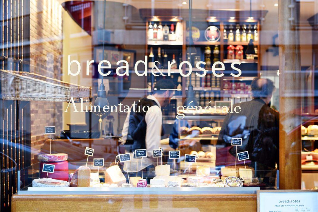 Makan roti enak di cafe Bread and Roses Paris