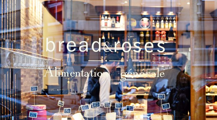 Makan roti enak di cafe Bread and Roses Paris